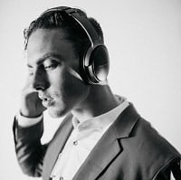 Man wearing Bose QC 35 active noise cancellation headphone